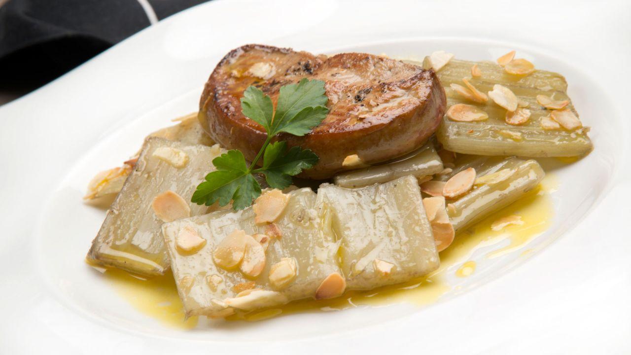 Cardo crujiente con foie y crema de almendras.